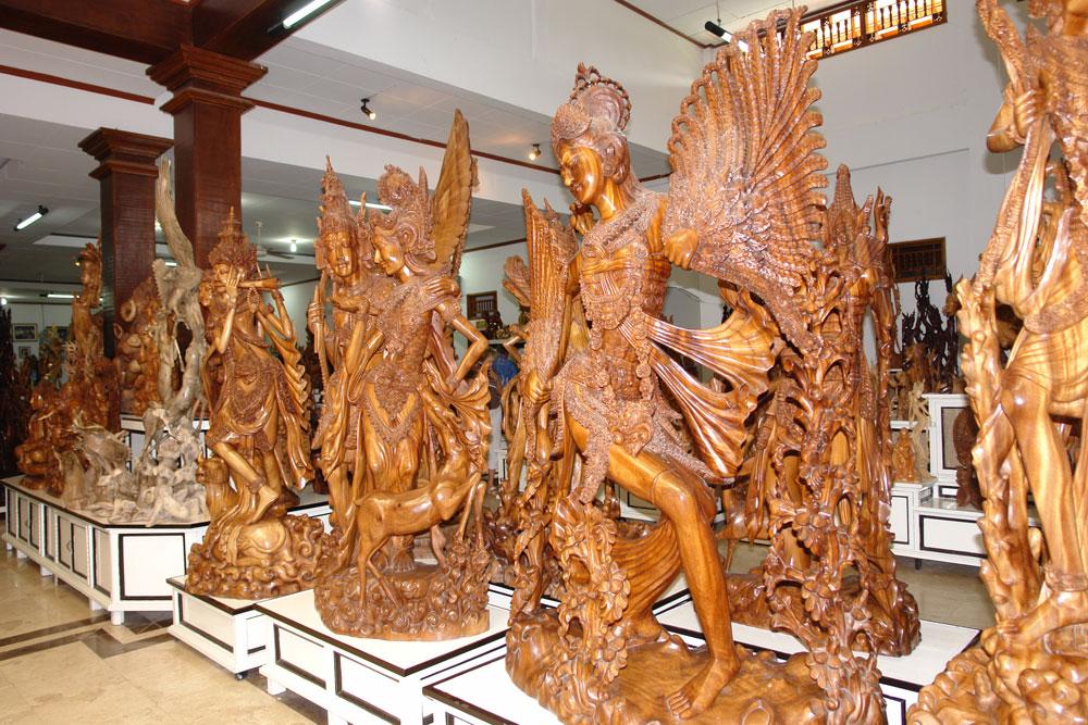 Сувениры из дерева на Бали ручной работы